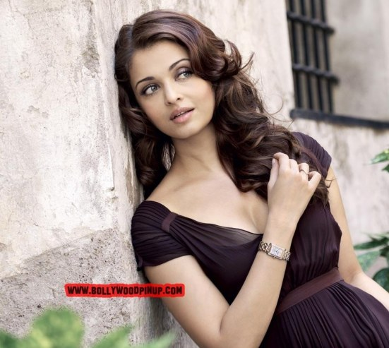 Aishwarya Rai Cute Pose At Near The Wall Now