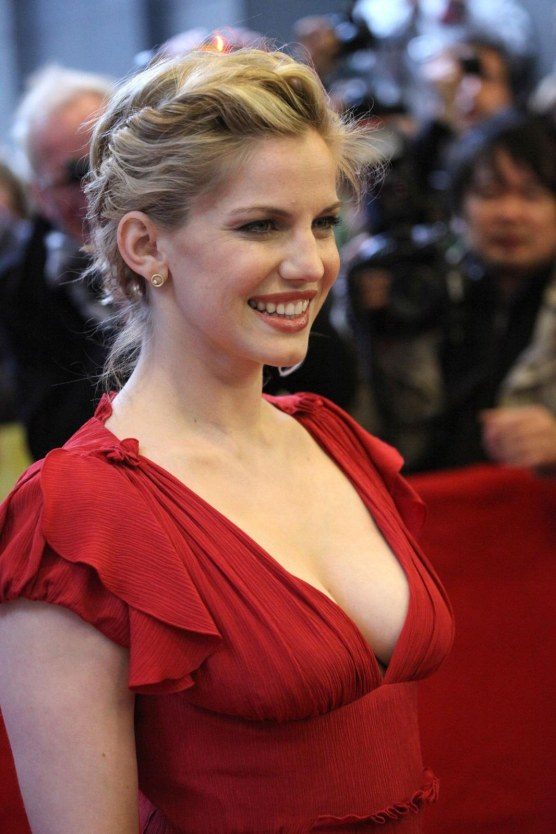 Anna Chlumsky Glossy Cleavage