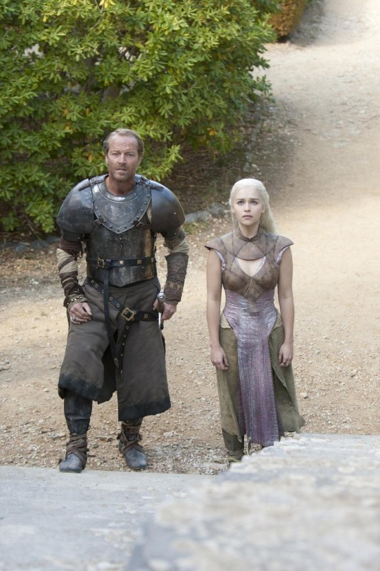 Iain Glen And Emilia Clarke In Game Of Thrones Episode Valar Morghulis Body