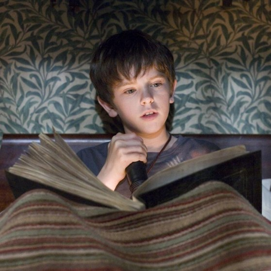 Freddie Highmore Celebrity Book Young Wallpaper