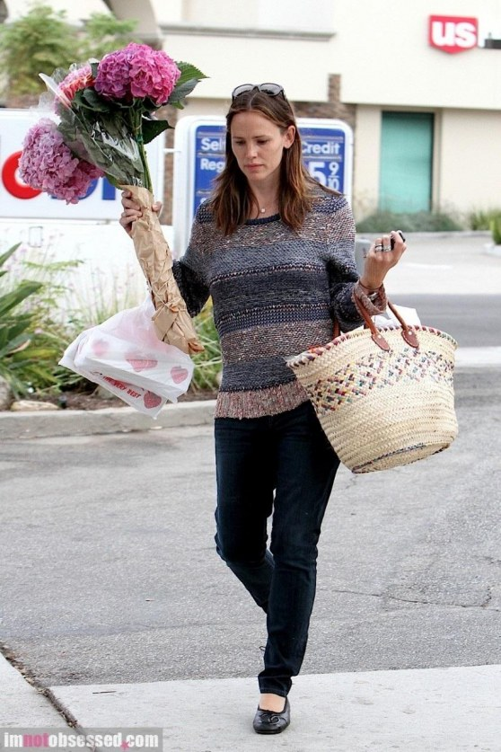 Jennifer Garner Stops By The Farmers Market