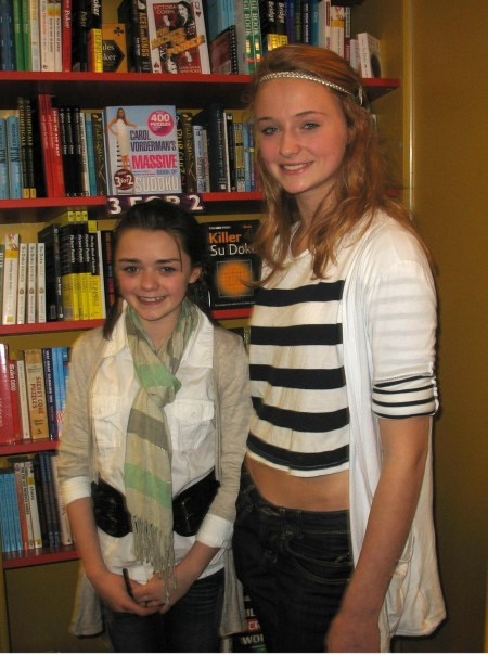 Conventions et autres sorties - Page 2 Maisie-williams-and-sophie-turner-28892178