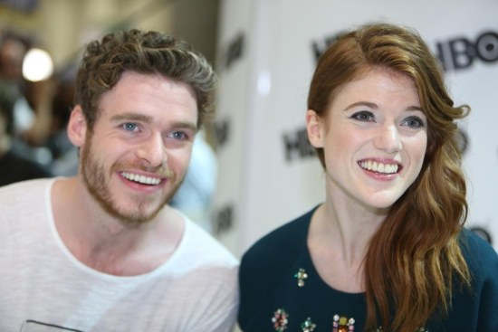 Conventions et autres sorties Game-of-thrones-richard-madden-rose-leslie-sdcc-autograph-signing-game-of-thrones-1616101440